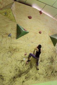 Probando un búlder en el muro de competición de The Climb