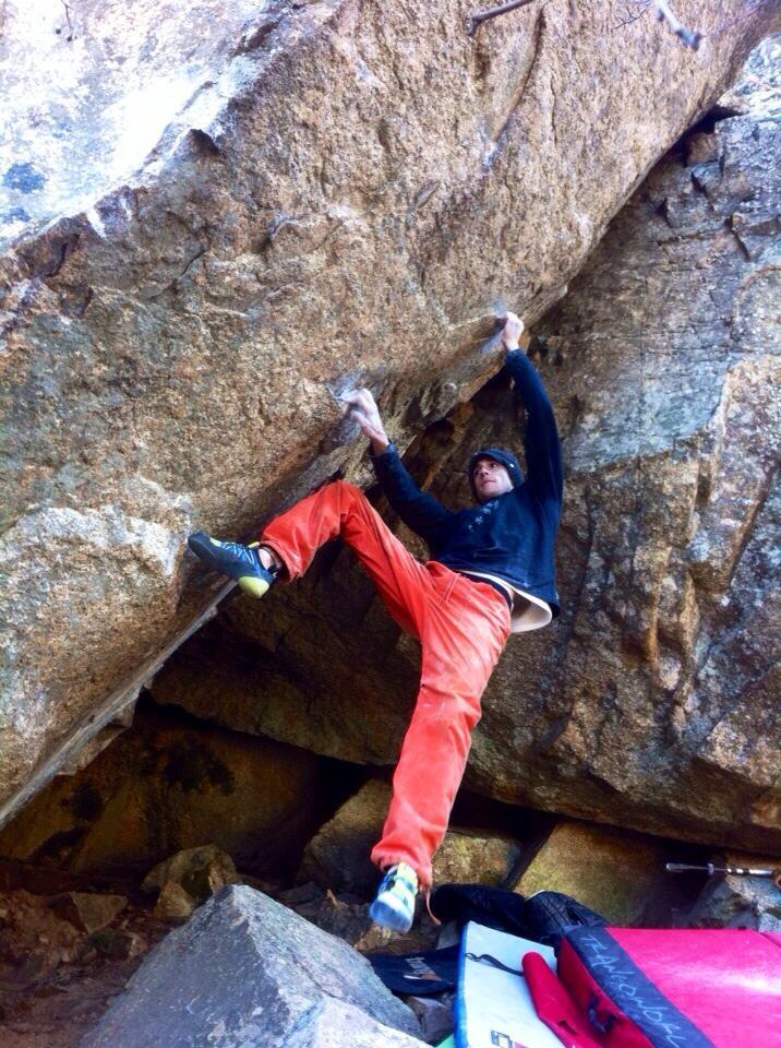 Carlos Ruano escalando en La Pedriza el bloque T-Rex en el sector El Laboratorio