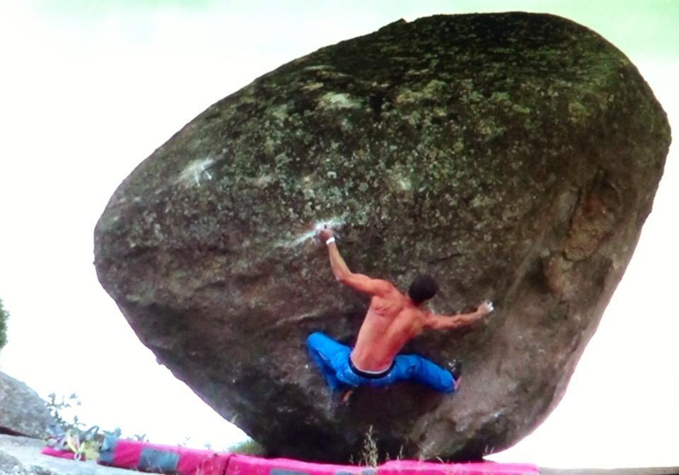 El escalador madrileño Carlos Ruano encadenando el bloque de Zarzalejo, Zarzafar 8B+