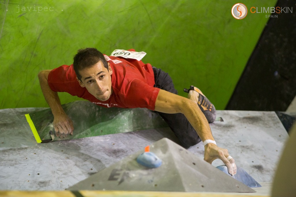 Carlos Ruano escalando en The Climb  en la Copa de España de escalada de Bloque