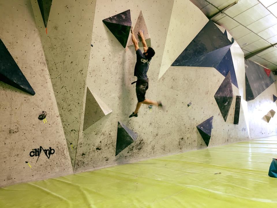 Sergio Pastor realizando un lanzamiento en el Muro de Competición de The Climb, durante el último simulacro.