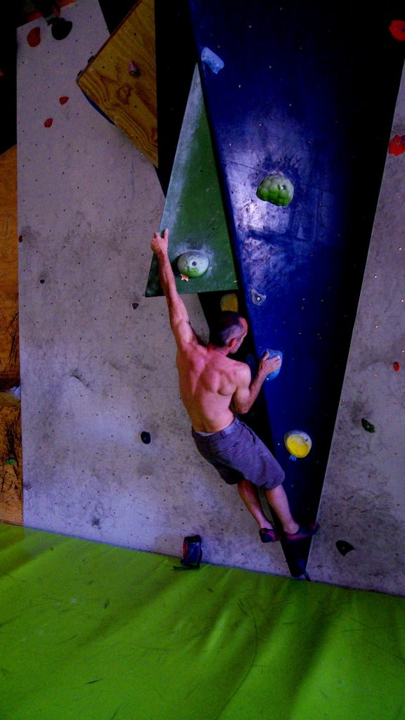Israel Olcina escalando en The Climb