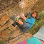 Mario Nevado escalando bloque en La Pedriza